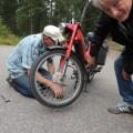 Bengan inspekterar  Mats trasiga moped