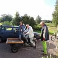 Dags för moppefärd till Sillegården, gästerna Bengan & Mats instrueras av Göran